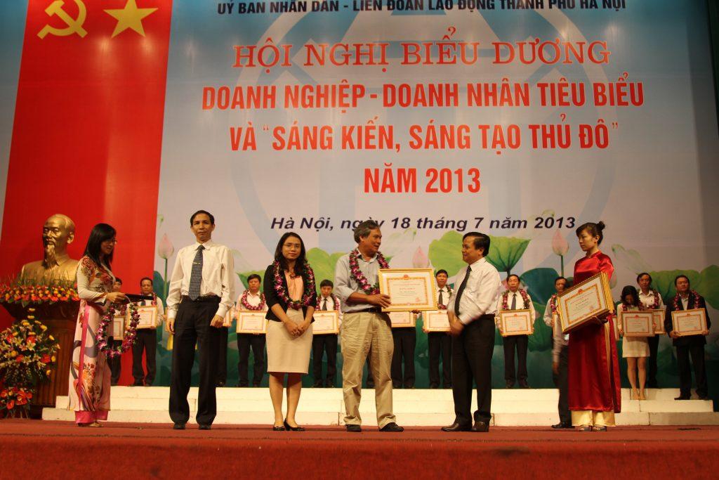 PGS. TS Đinh Văn Thuận nhận Bằng khen doanh nhân tiêu biểu của TP Hà Nội