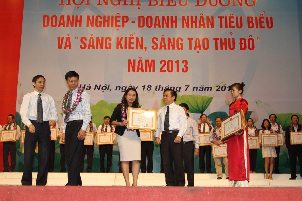 ThS Đinh Phương Thảo nhận bằng khen doanh nhân tiêu biểu của TP Hà Nội