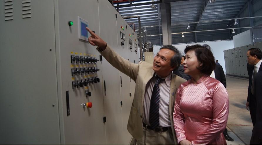 GS. TS Đinh Văn Thuận đang giới thiệu các thiết bị lắp đặt của POLYCO cho Thứ Trưởng Bộ Công Thương - Hồ Thị Kim Thoa