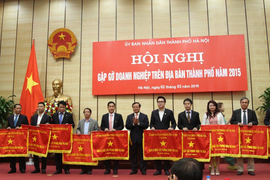 GS.TS Đinh Văn Thuận – Chủ tịch HĐTV Tập đoàn Polyco nhận cờ Đơn vị xuất sắc phong trào thi đua năm 2014