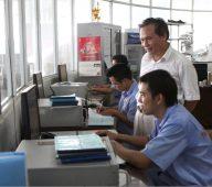 GS.TS Đinh Văn Thuận trực tiếp hướng dẫn thực hành tại Nhà máy Bia Sài Gòn -Hà Nội
