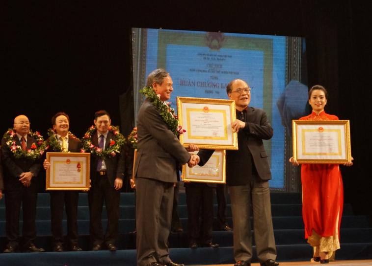 GS.TS. Đinh Văn Thuận nhận Huân chương Lao động hạng Nhì 3