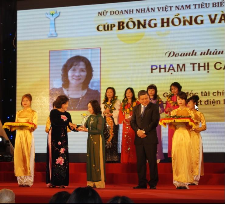 Giám đốc tài chính Phạm Thị Cẩn nhận Cúp Bông Hồng Vàng 1