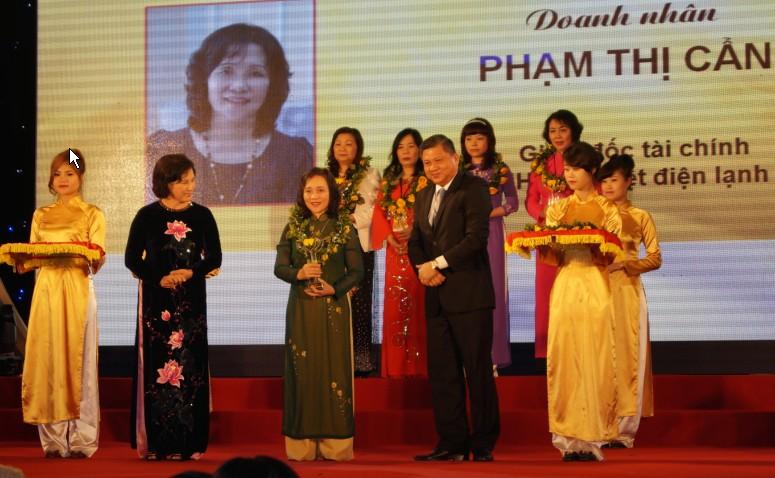 Giám đốc tài chính Phạm Thị Cẩn nhận Cúp Bông Hồng Vàng 3