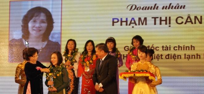 Giám đốc tài chính Phạm Thị Cẩn nhận Cúp Bông Hồng Vàng 4