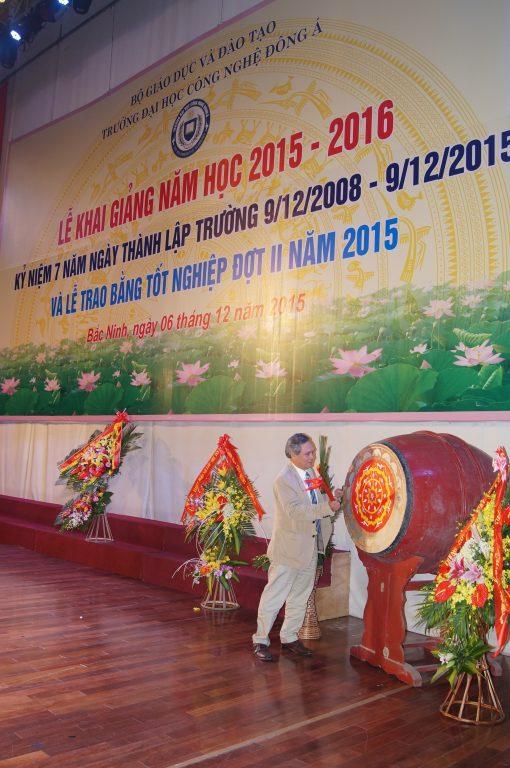 GS. TS Đinh Văn Thuận – Hiệu trưởng đang đánh trống khai giảng.