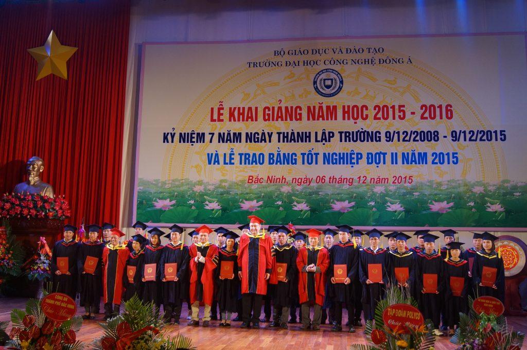 Các Giáo sư trao bằng tốt nghiệp cho các em sinh viên.