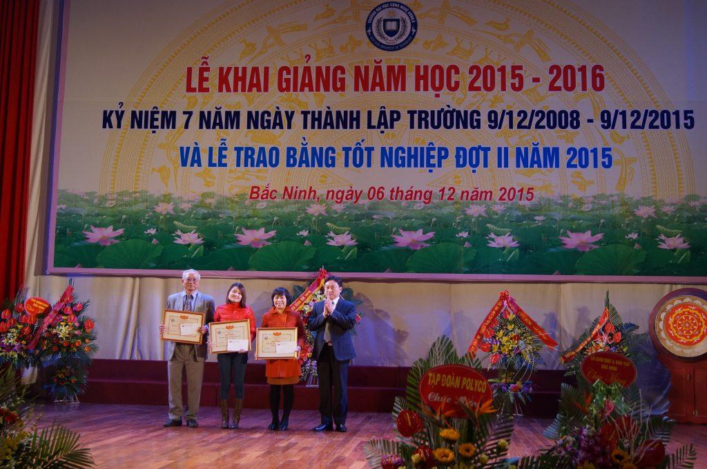 Ông Ngô Văn Luyến - Phó Chánh văn phòng UBND tỉnh Bắc Ninh trao Bằng khen cho các thầy cô giáo.